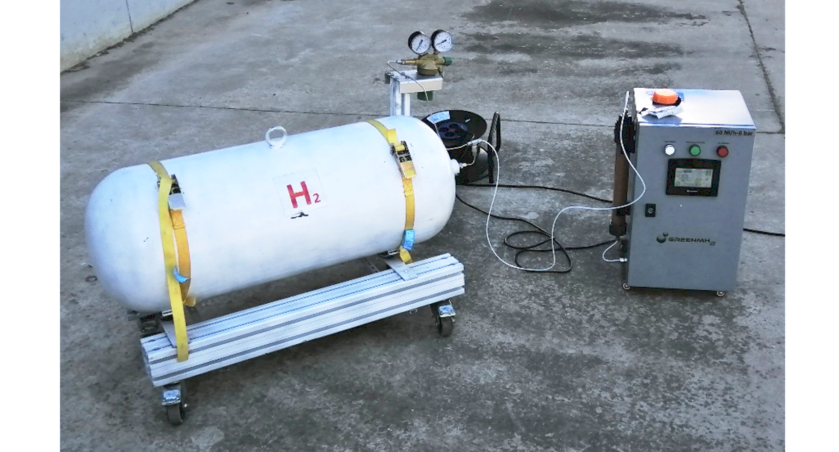 Electrolyser and hydrogen tank